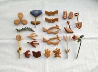 懐かしさやワクワク感を与えてくれる。身近なモチーフを木彫りで再現した「ao11」のブローチ