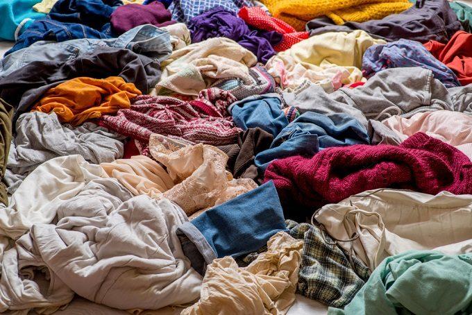 廃棄された衣類の山