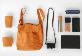 ポケットを好きな位置に変えられる。中身を取り出しやすいカメラバッグ「comora」