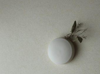置く場所がなくても草花を生けられる。福山菜穂子さんが作る美しい「壁掛け花器」