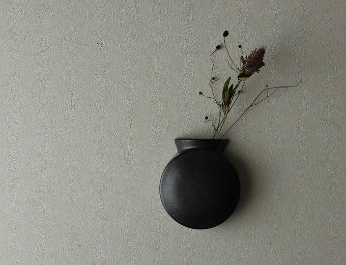 「風景を生む陶器」をテーマに制作をする作陶家の福山菜穂子さんの瓶の形の黒い花器