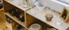 木箱を使い、雑貨屋さんのように食器などを収納をした例