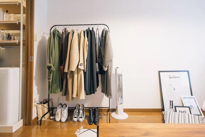 部屋をすっきり見せる方法2 ハンガーラックにはコートをグラデーションで並べて掛ける