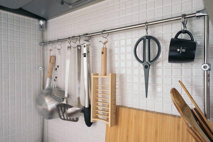 部屋をすっきり見せる方法4 キッチンではつっぱり棒に色や材質が似たアイテムを引っ掛ける