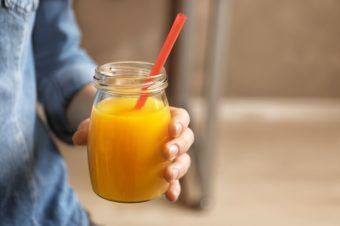 シミやたるみの原因はこれ?市販のジュースや清涼飲料水に含まれる、あの「糖」に注意
