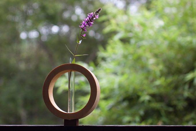 木材やガラスを使用した器や照明を作る「kico-kico.works」の美しい花器