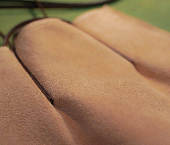 加工途中の革製品のアップ