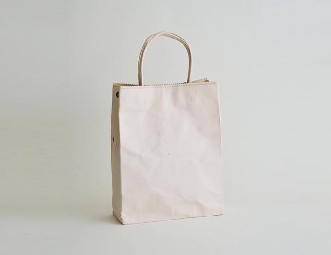 紙のように折り畳める「丸ヨ片野製鞄所」の「レザーバッグ本革紙袋」ベージュ