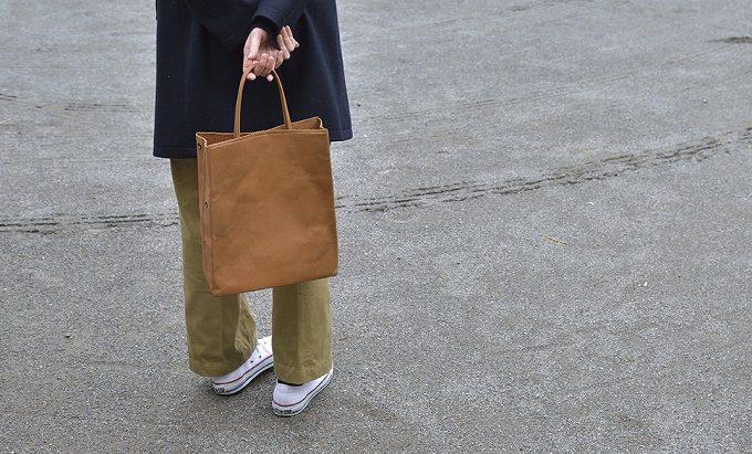 紙のように折り畳める「丸ヨ片野製鞄所」の「レザーバッグ本革紙袋」キャメル