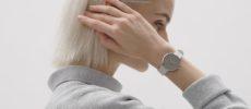 「都会と自然」がコンセプトの「MAVEN WATCHES(マベンウォッチズ)」の腕時計をした女性