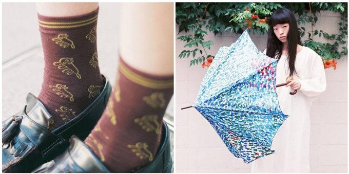 「MUKU」の靴下を履いた女性の足元と傘を持つ女性