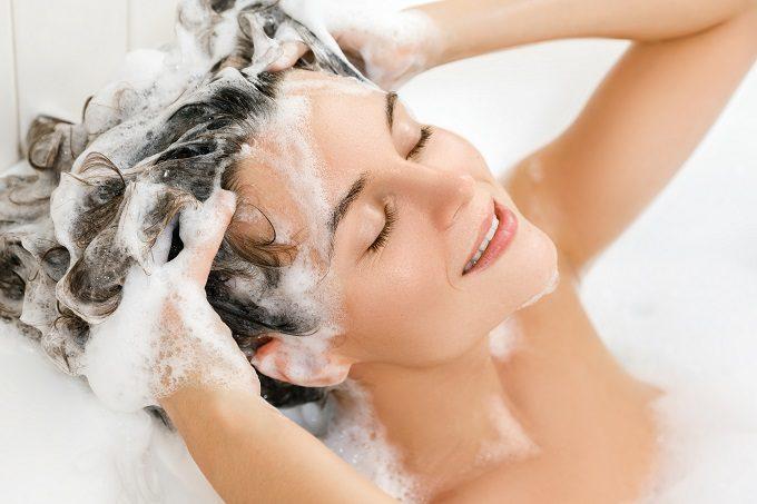 女性が髪を洗っている写真