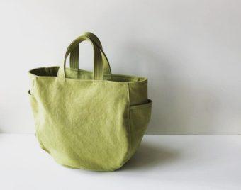 丸みのあるシルエットと味わい深いカラーが上品。「pas de deux」の帆布トートバッグ
