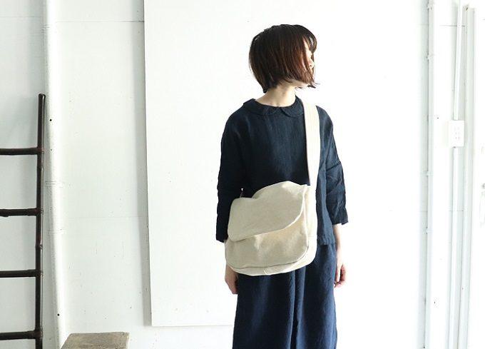 「pas de deux(パドドゥ)」の服とバッグを身に着けた女性
