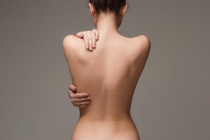 猫背を治し姿勢の正しい女性の背中