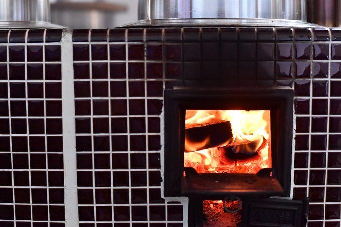 宮城県にあるお餅メーカー「笠原餅店」の釜戸で薪を燃やす様子
