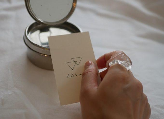 ガラスでアクセサリーを作る「tulala works」指輪をした女性の手元
