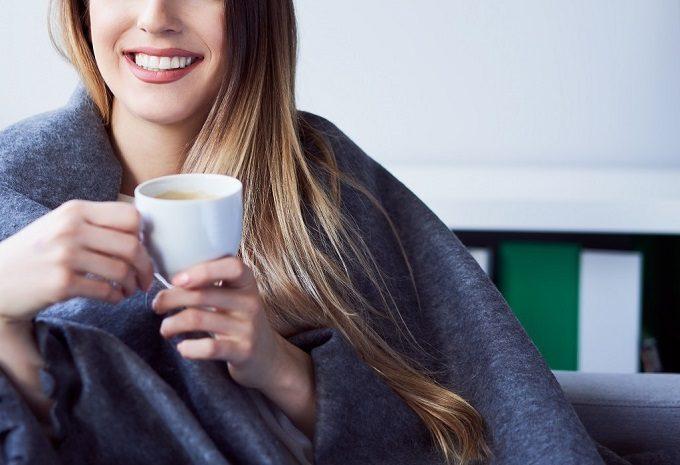 ドリンクを手に微笑む女性の写真
