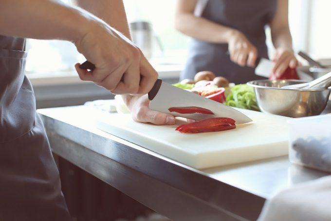 包丁で食材をカットしている写真