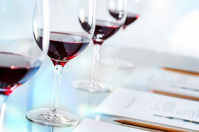 並んだワイングラスの写真