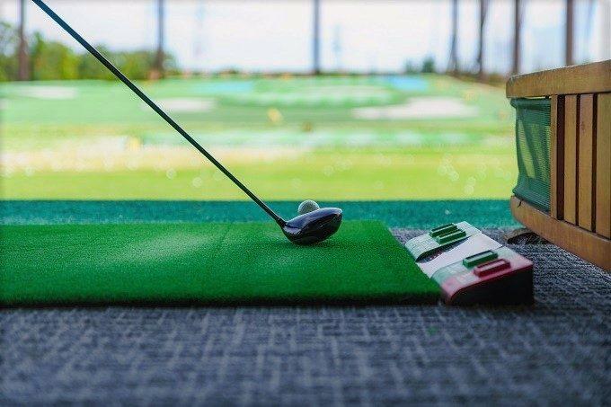 ゴルフの練習をしている写真