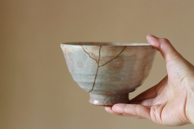 手に茶碗を持っている写真