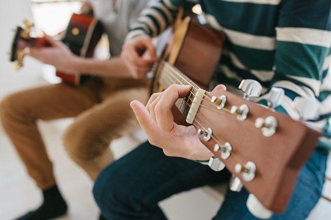 ギターを練習している写真