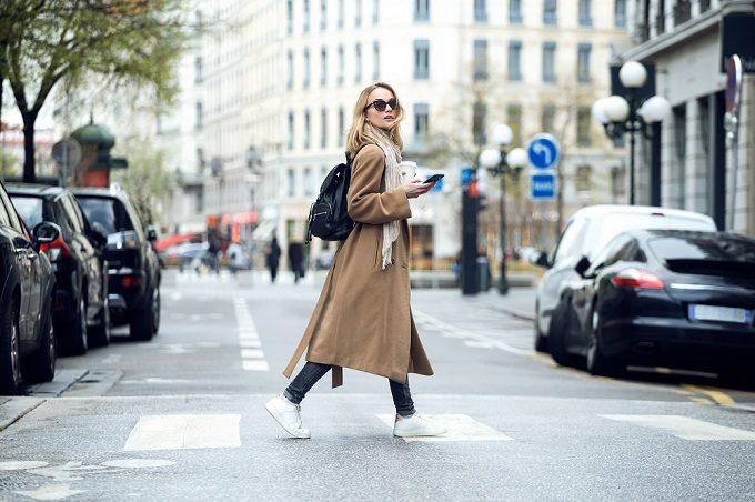 颯爽と歩く金髪女性の写真