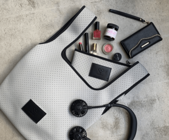 軽やかな使い心地でコーディネートに抜け感を。水や汚れにも強い「&MARKS」のバッグ