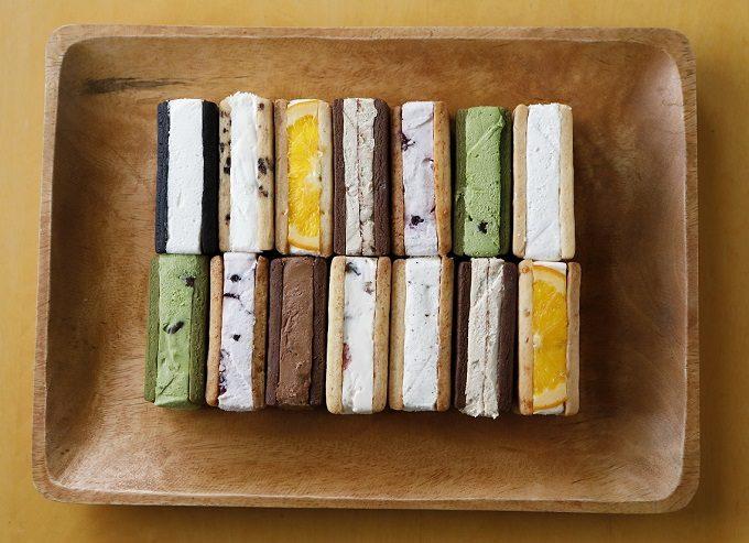 色とりどりのクッキーチーズサンドの写真