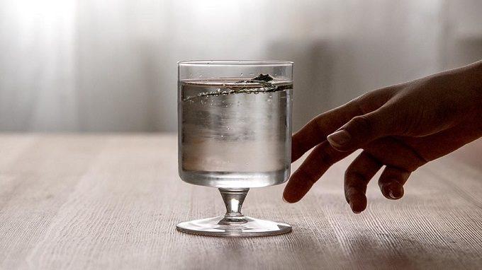 ワインを入れたガラスのゴブレットの写真
