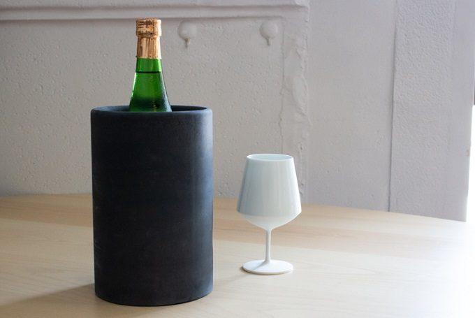 ワインボトルを入れたワインクーラーの写真