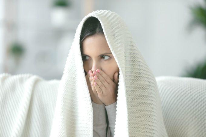 寒そうにしている女性の写真