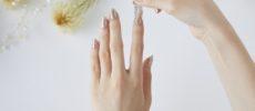 爪にネイルシートを貼っている写真