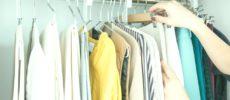 クローゼットに衣類をかける写真