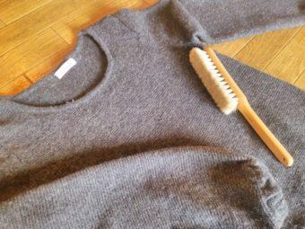 ブラシでセーターのニット毛玉取り