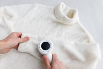 電動式の毛玉取り器でニットセーターの毛玉取り