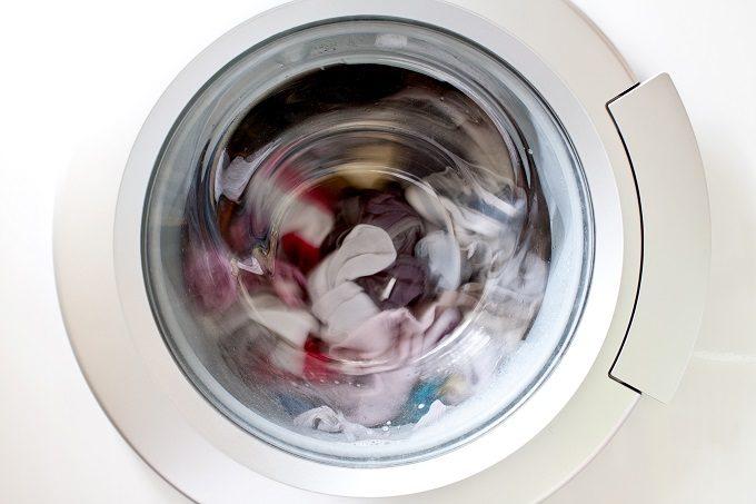 ドラム式洗濯機でニットを洗っているところ