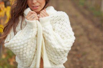 ニットセーターを着ている女性