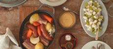シュークルート風煮込みとその他料理が卓上に並んだ写真