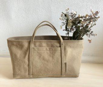 細い持ち手が上品。大人の女性に似合う「mamerucu」のミニサイズの帆布バッグ