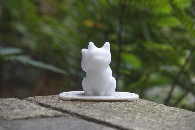 庭先に置かれた招き猫の盛り塩の写真