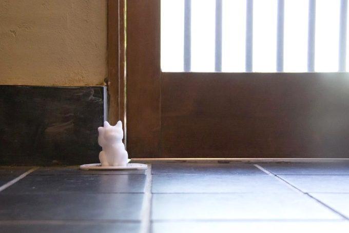 玄関に置かれた招き猫型盛り塩の写真