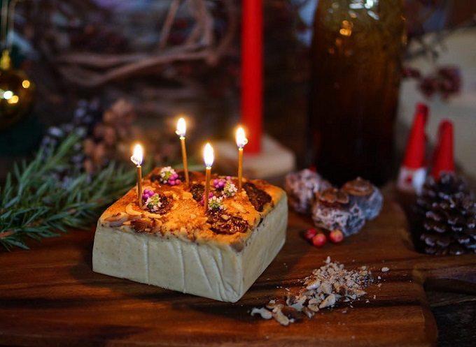 ろうそくを挿したクリスマス限定の麹チーズケーキの写真
