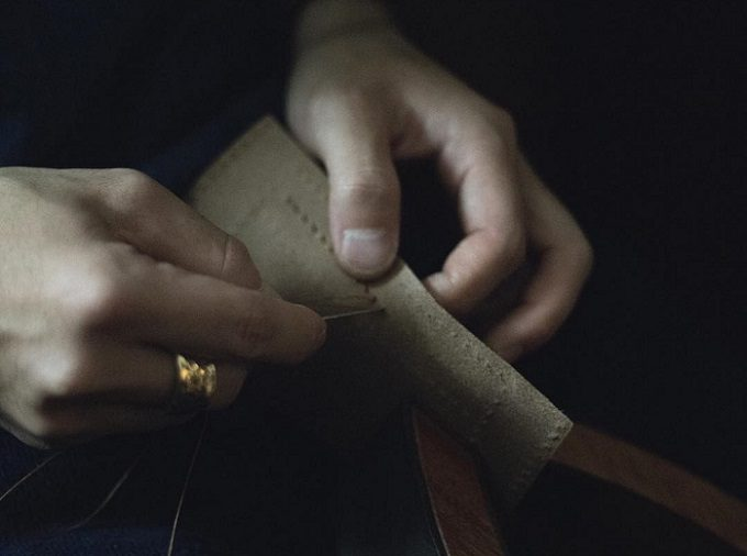 製作段階の革製品の写真