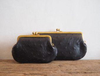 独特な質感のレザーと特注品の口金で作られる。「N25」のカスタマイズが楽しいがま口財布
