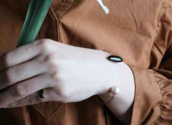 装いに女性らしさをプラス。つややかに光を反射する「nikori」の七宝焼きアクセサリー