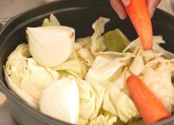 鍋に野菜を投入する写真