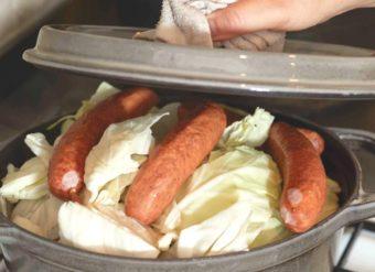 材料を入れた鍋に蓋をする写真