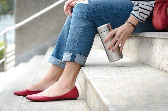 正しい洗い方で洗った水筒(ステンレスボトル・マイボトル)を持ち歩く女性